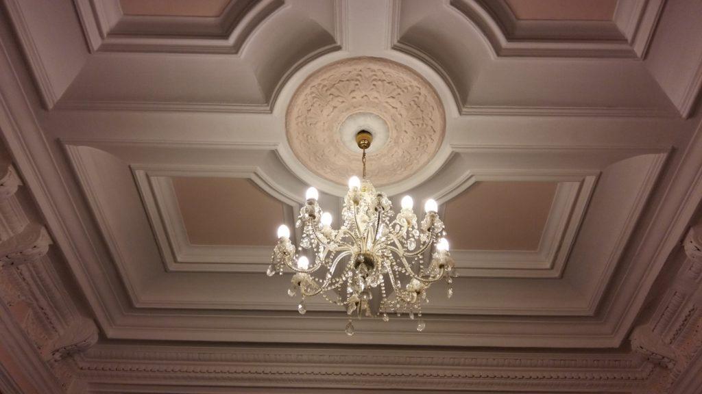 Встроенные светильники и люстры